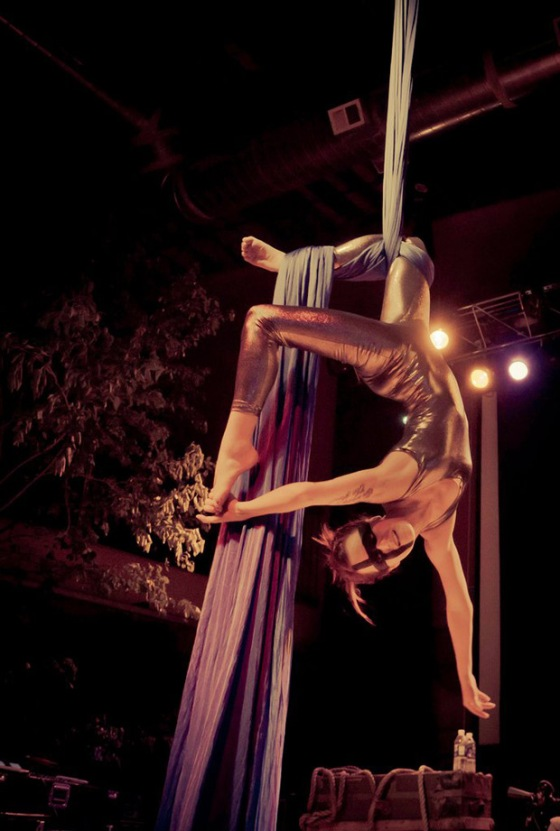 theatre bizarre, circus style, aerialist